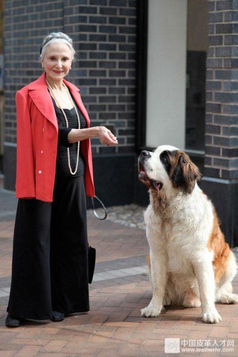 joyce junto a su gran perro