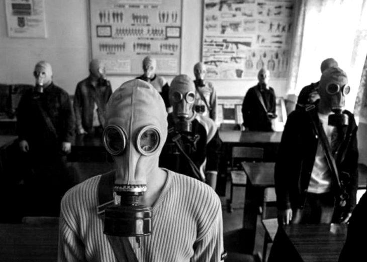 personas usando máscaras de gas