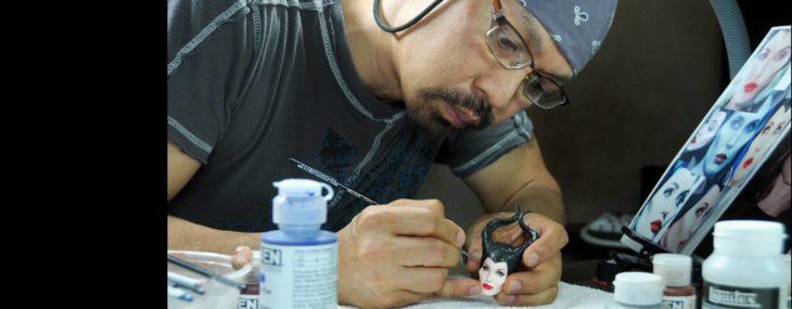 Muñecos realistas. Noel Cruz haciendo el rostro de la muñeca de Maléfica