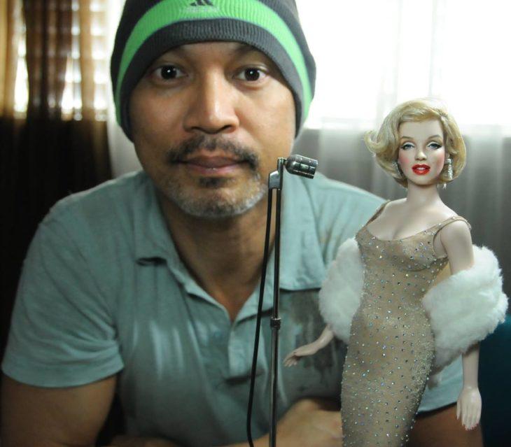 Muñecos realistas. Noel Cruz con la muñeca de Marylin Monroe