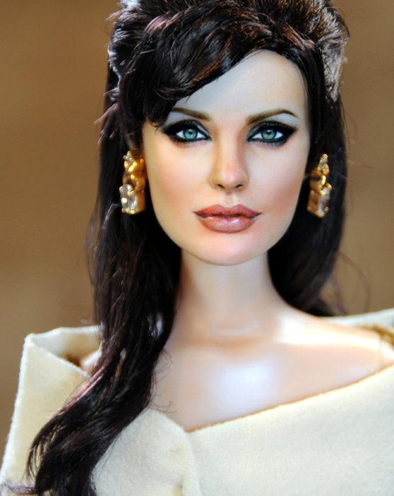 Muñecos realistas. Angelina Jolie en El Turista, muñeca pintada por Noel Cruz