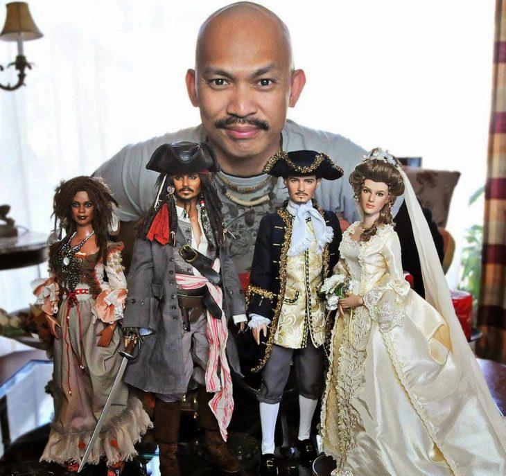 Muñecos realistas. Noel Cruz con los muñecos de la película de Piratas del Caribe