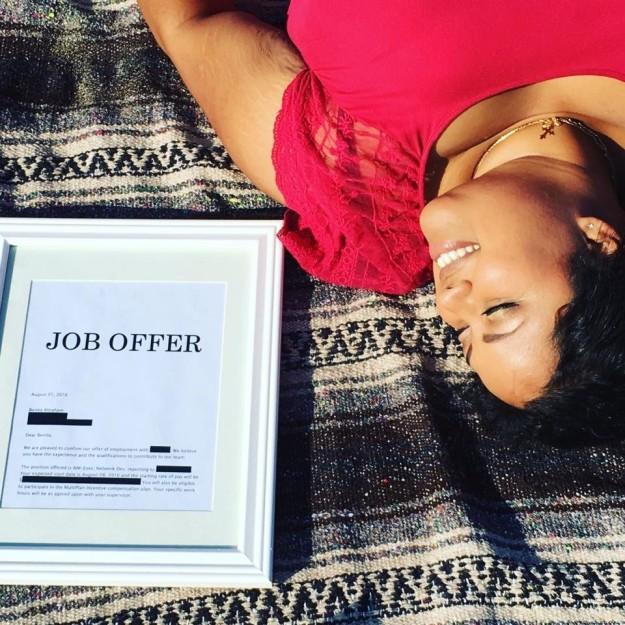 Benita Abraham recostada al lado de su oferta de trabajo