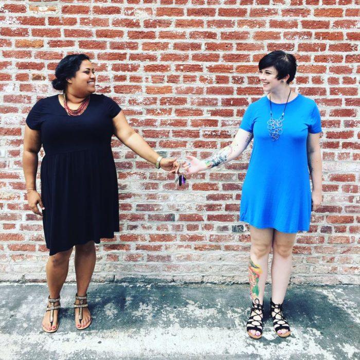 Benita Abraham y su compañera de trabajo compartiendo llaves