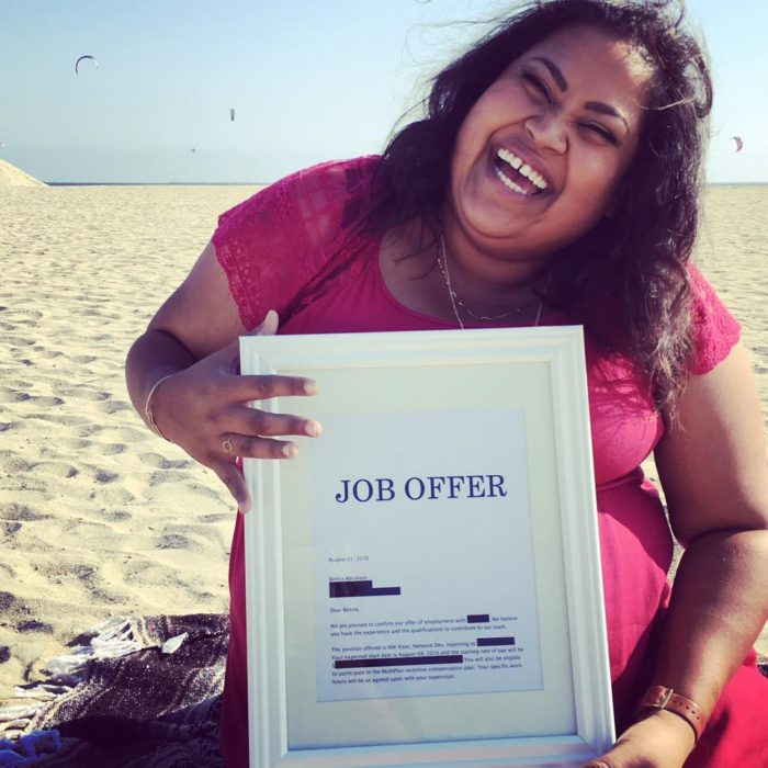 Benita Abraham feliz sosteniendo su oferta de trabajo