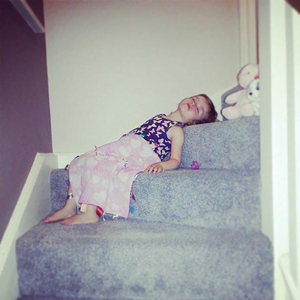 Niña dormida en la escalera