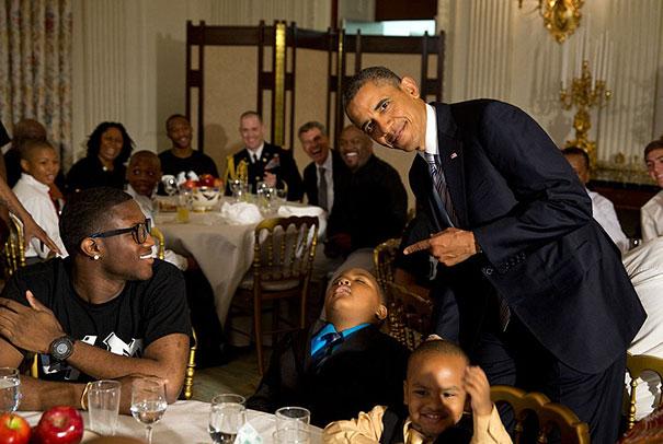 Niño dormido junto a barack obama