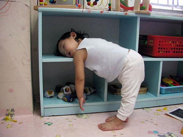 Niña dormida de pie