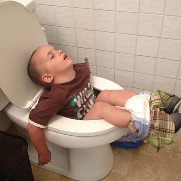 Niño se quedo dormido y se cayó al escusado