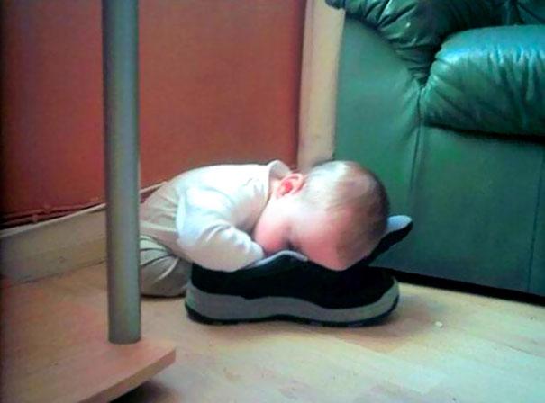 Niño drmido sobre un zapato
