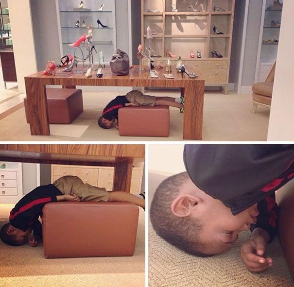 Niño dormido en una tienda de zapatos