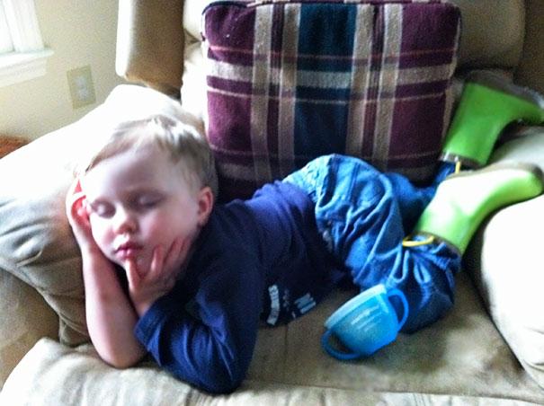 Niño dormido con una pose bonita