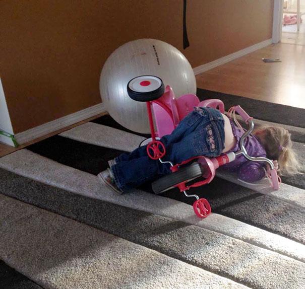 Niña se durmio mientras iba en su triciclo y se cayo