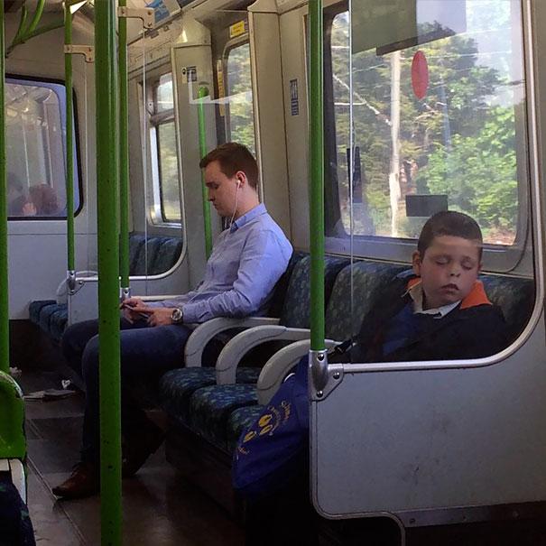 Niño dormido en el tren