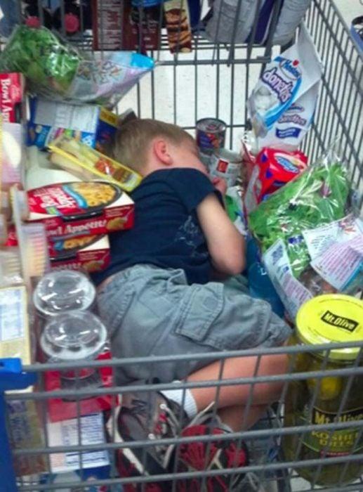 Niño dormido en el carrito del super