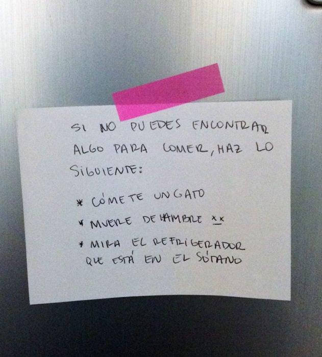 RECADO DE LOS PAPAS CON CINTA ADHESIVA ROSA PEGADO EN EL REFRIGERADOR