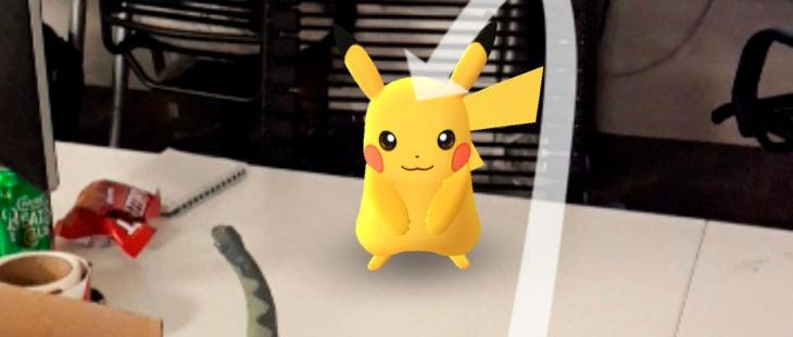 capturando un pikachuen la oficina