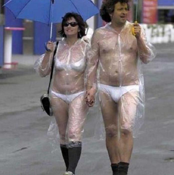 Hombre y mujer paseandose en ropa interior con calcetas y un impermeable trasparente