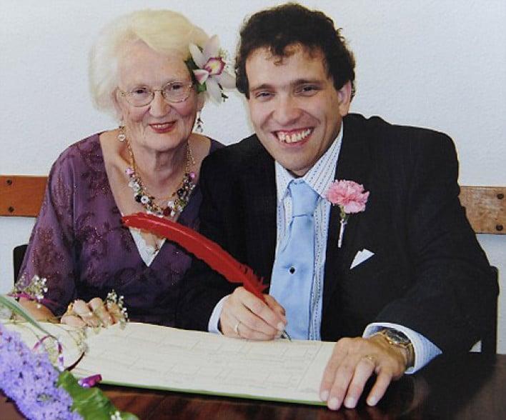 Mujer anciana casándose con hombre joven