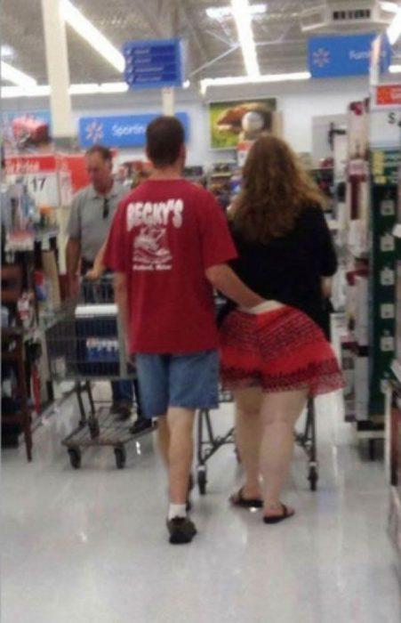Pareja en walmart el hombre lleva su mano adentro de la ropa de su novia
