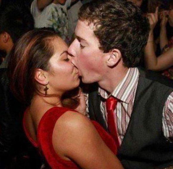 Pareja besándose el hombre le muerde hasta la nariz