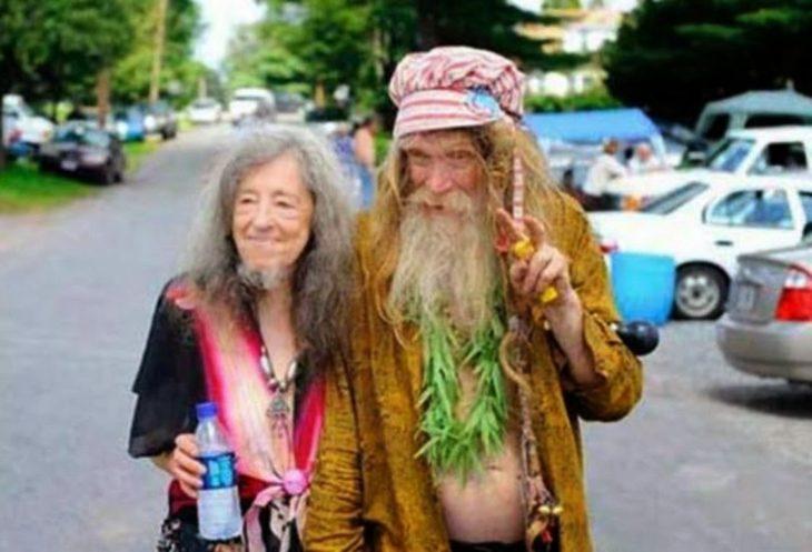 Dos viejitos hippies, el hombre tiene barba... la mujer también