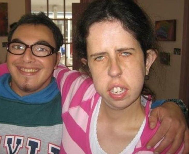 Hombre con lentes y mucho aumento junto a mujer no muy agraciada
