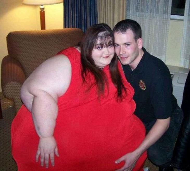 Mujer con obesidad junto a hombre delgado