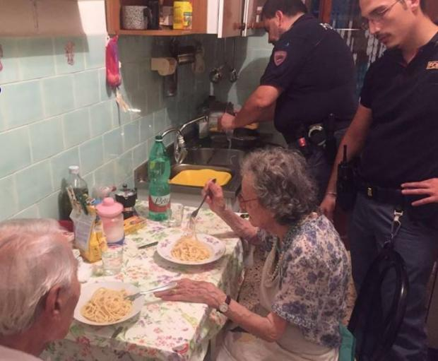 Policias le cocinan una cena a par de ancianos Roma