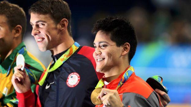 Phelps y Schooling juntos en el podio de Rio con sus respectivas medallas