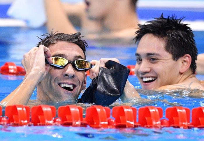 En la alberca Schooling viendo a Phelps y Phelps viendo el marcador
