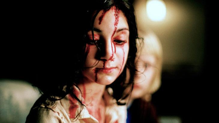 niña con sangre en la cara