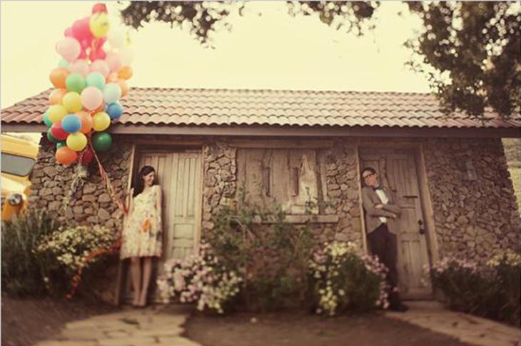 fotografía de novios, la mujer sostiene globos