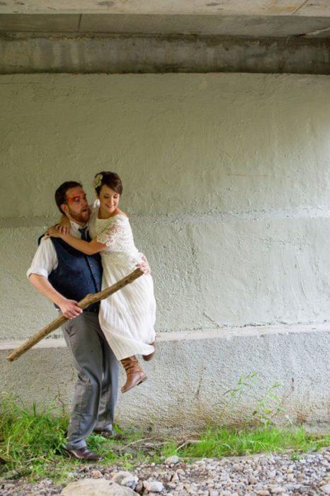hombre carga a mujer