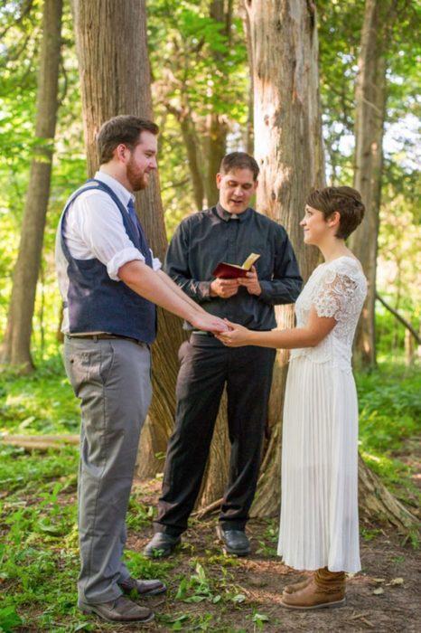 novios en un bosque