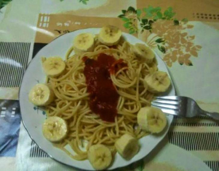 spaghetti plátano y ketchup