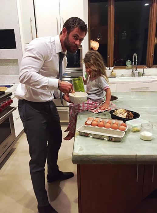 chirs y su hija en la cocina