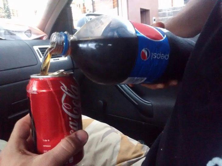lata de coca cola llenada con pepsi