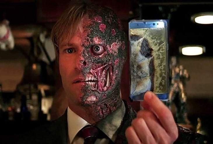 hombre con la cara quemada sosteniendo un celular