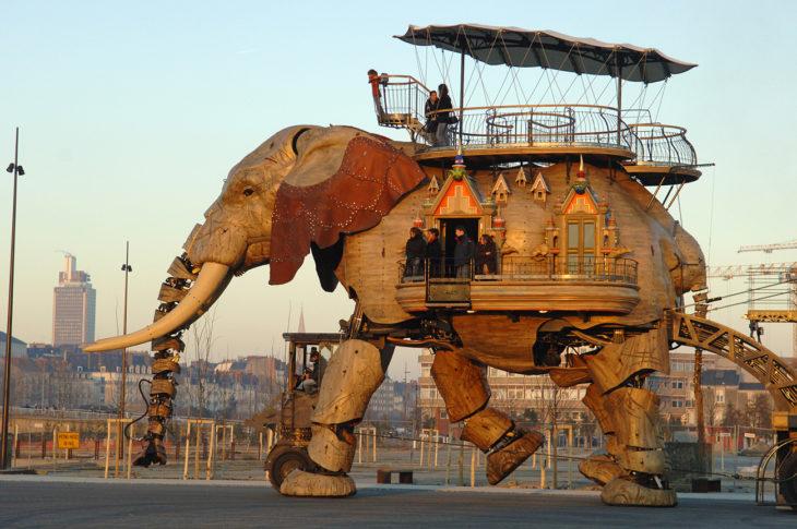 edificio robot elefante