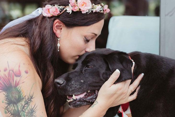 novia besando a su perro