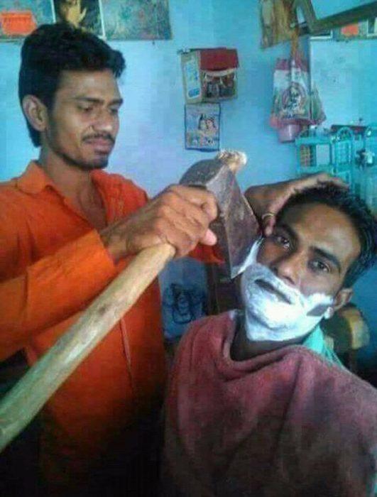 hombre rasurando a otro hombre con hacha
