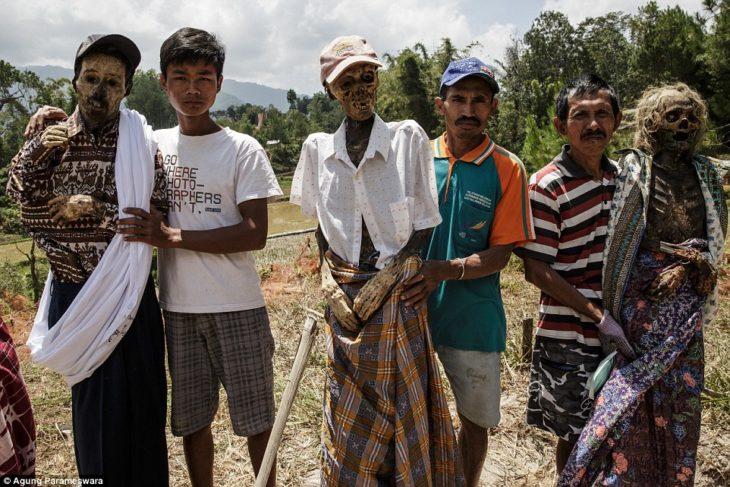 tribu indonesia con personas muertas