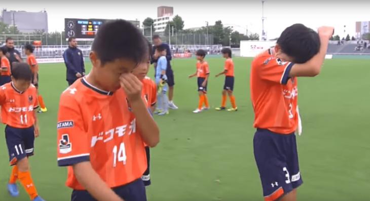 niños de futbol llorando