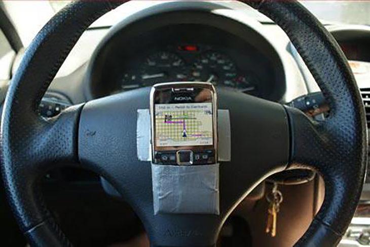 celular pegado a un volante