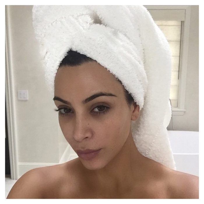 kim kardashian con toalla de baño en la cabeza