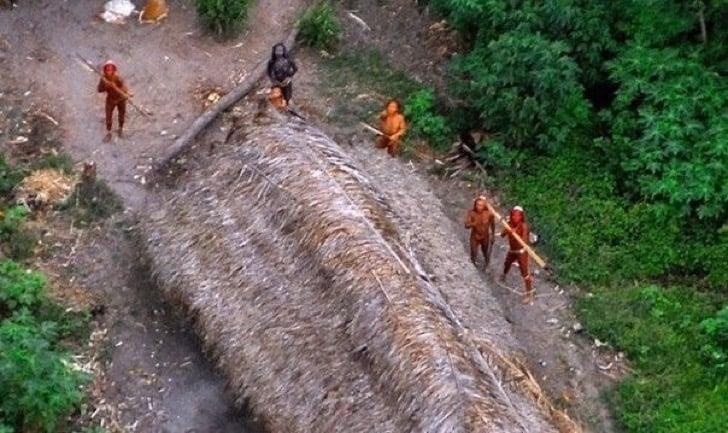 indígenas ven por primera vez un helicóptero
