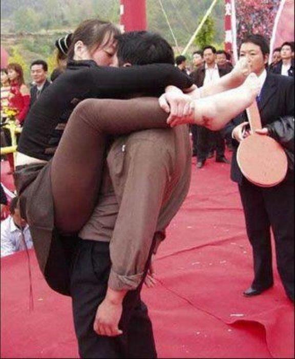 pareja china besándose en posición extraña