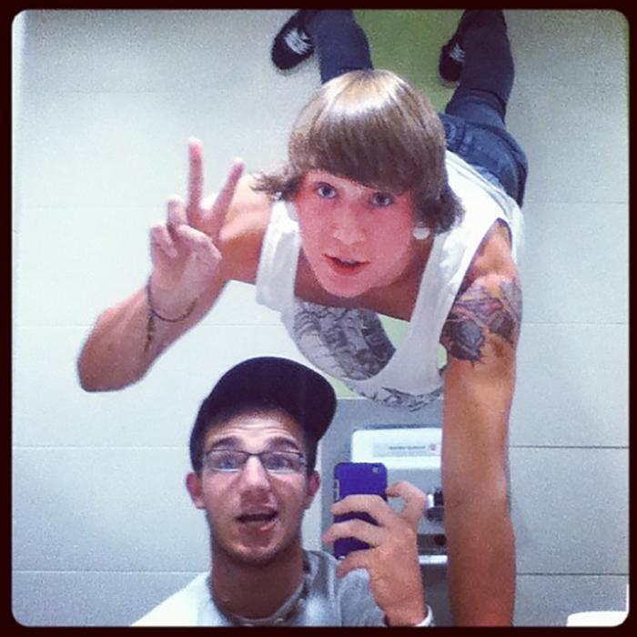 adolesentes tomandose selfie en pose compleja