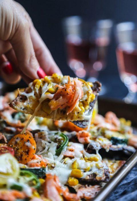 platillo de salmón, verduras y queso